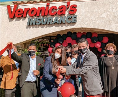 Raúl Domínguez, director de Operaciones, y Verónica Gallardo, directora ejecutiva de Veronica's Insurance Franchise, con una titular de franquicia en California. Veronica's Insurance es la franquicia hispana de seguros #1 en el país.