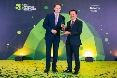 El presidente Patrick Chong y el director ejecutivo del grupo LUXASIA, el Dr. Wolfgang Baier, reciben el premio a las Empresas mejor gestionadas de Singapur, otorgado por Deloitte (PRNewsfoto/LUXASIA)